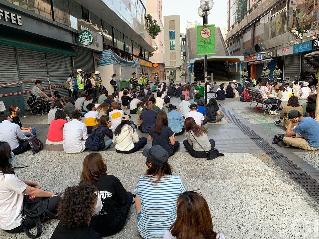 下午4時,約70名於尖東橋下靜坐,現場有大部份人為家長,其子女正在理大內被困。(...