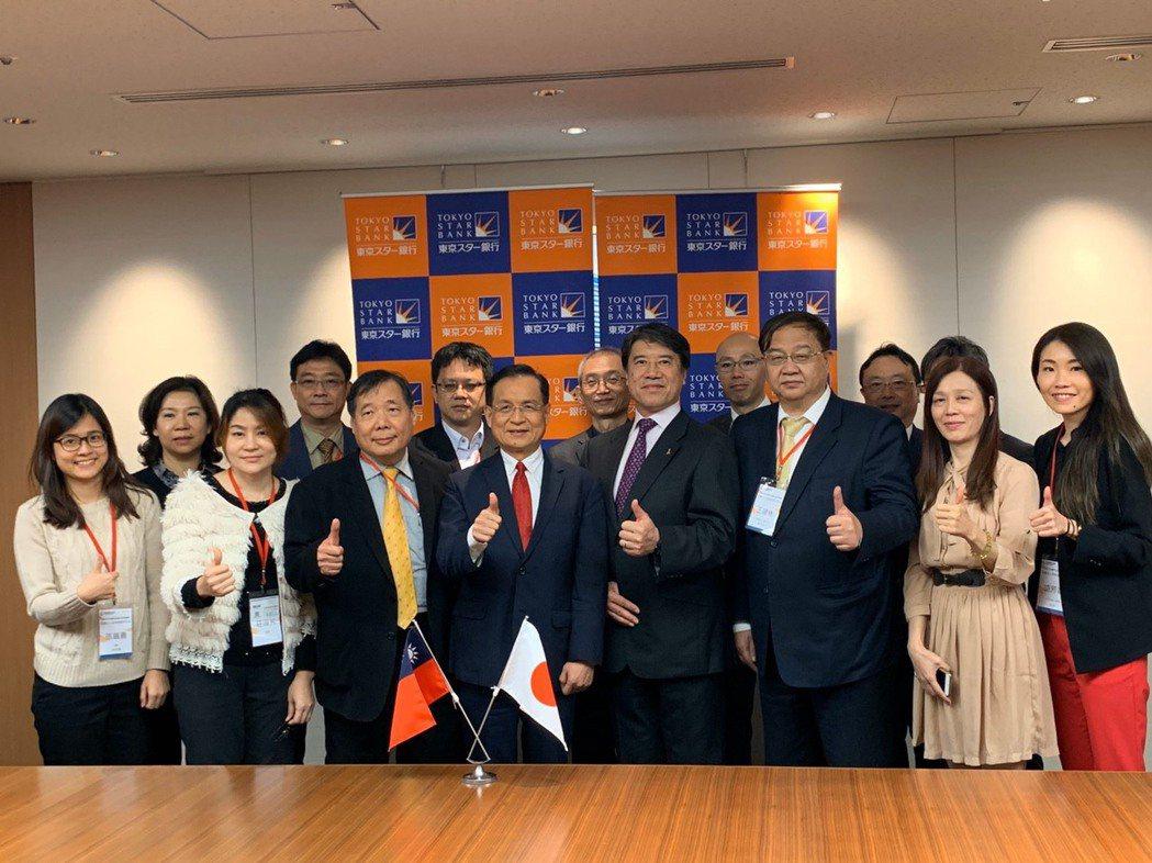 商研院董事長許添財(前排左四)率團前往東京參訪標竿企業成果豐碩。商研院/提供。