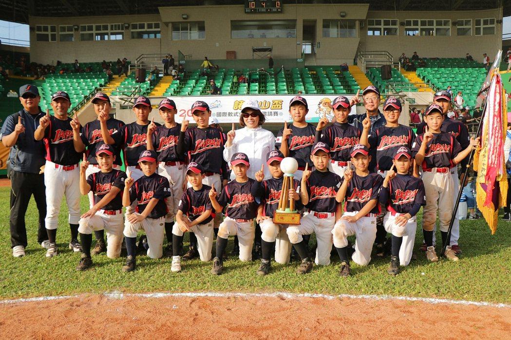 「第22屆諸羅山盃國際軟式少年棒球邀請賽」,200多支國內外勁旅同場競技,讓棒球...