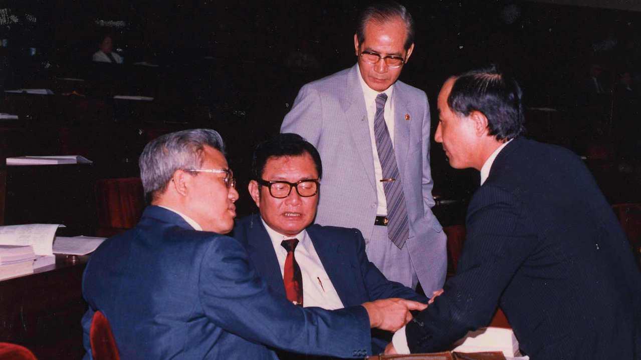 1987年立法院院會,管理外匯條例修正草案,經立委王金平(右)、許勝發(右二)、...