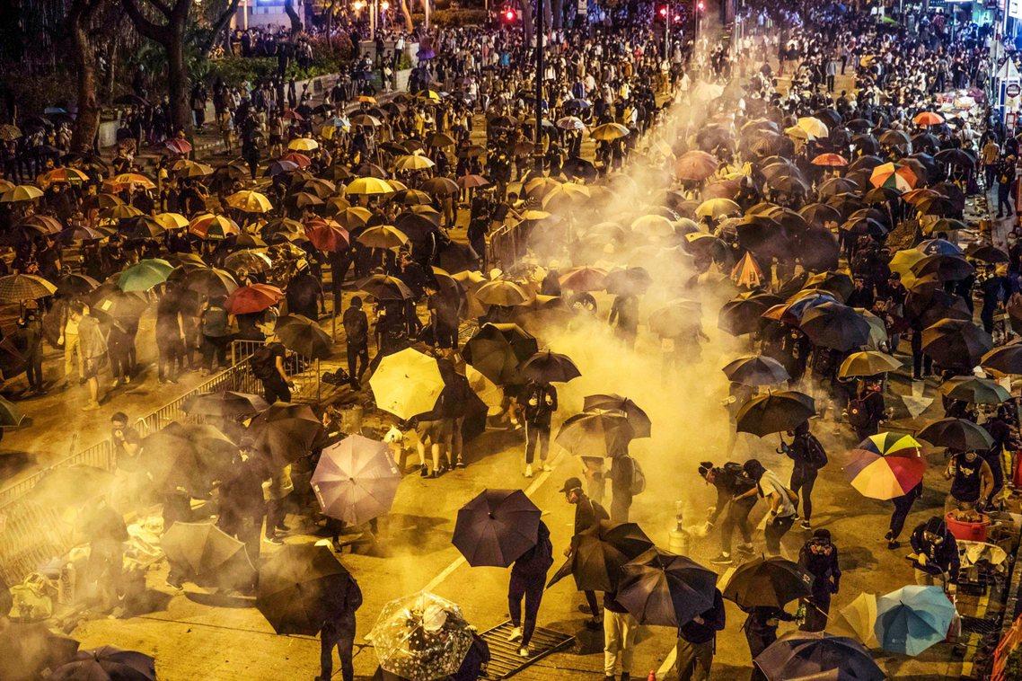 聲援理大,遍地開花。示威者的傘陣、汽油彈,與港警的催淚瓦斯、化學水砲、橡膠子彈與...