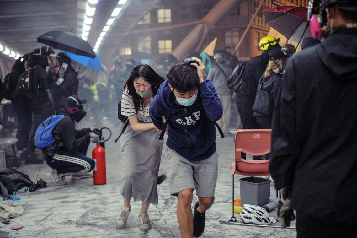 包圍的港警不久後就發現了「垂降突破口」,並密集地朝「正在攀繩」的示威者射擊催淚彈...