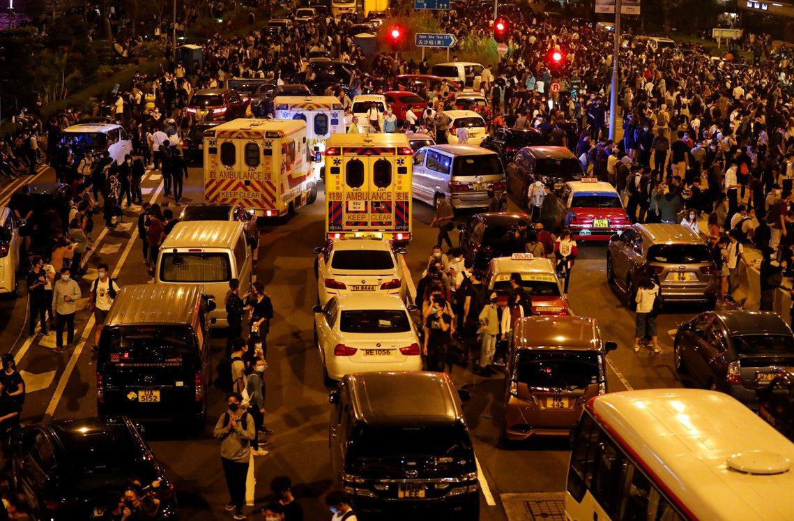 數萬名朝理大集結的「解圍」群眾。 圖/路透社