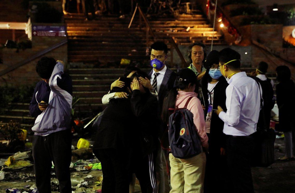 根據《明報》,19日破曉為止約有300名不等的示威者——其中包括200多名未成年...