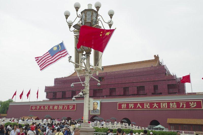 北京天安門前的中國和馬來西亞國旗。 圖/中新社