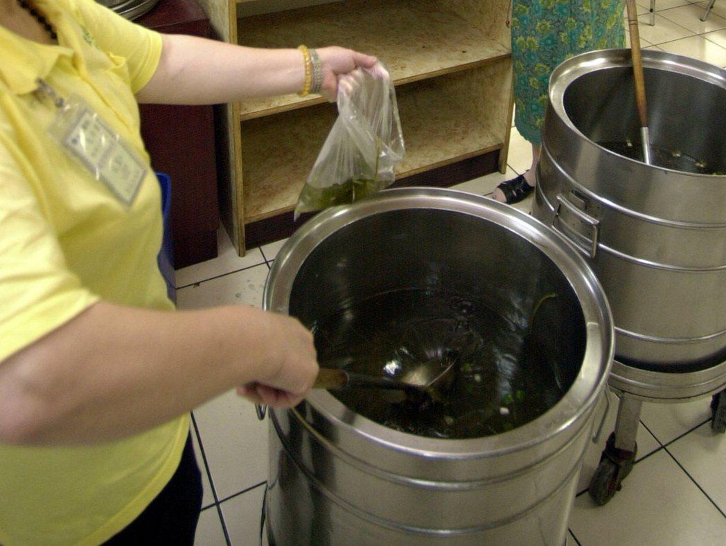 民眾習慣使用塑膠袋盛裝熱湯,所吃下的塑化劑肯定不少。 示意圖,非當事人/報系資料...