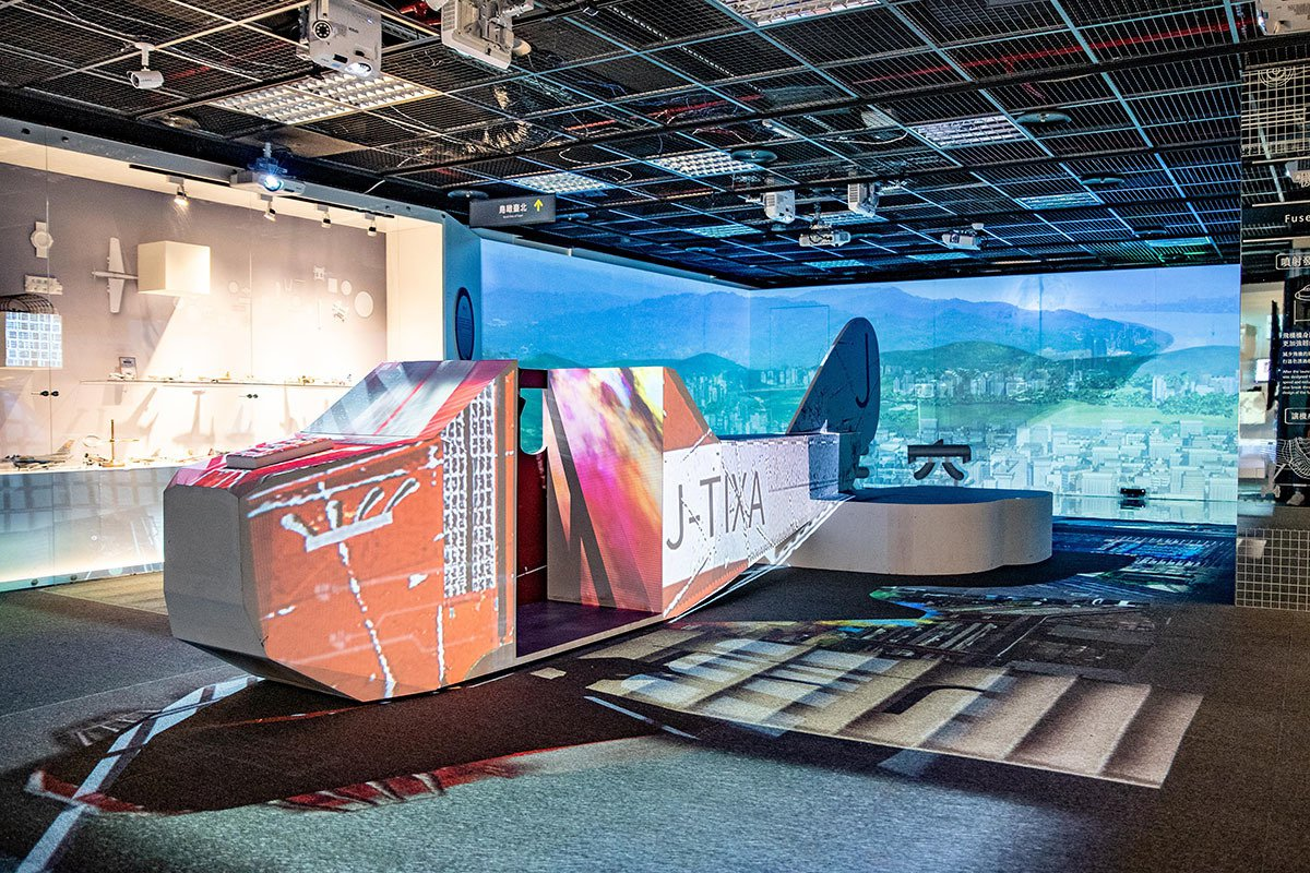 本次特展二樓設有近6公尺日治時期第一座臺人集資購買的飛機臺北號,民眾可透過VR鳥...