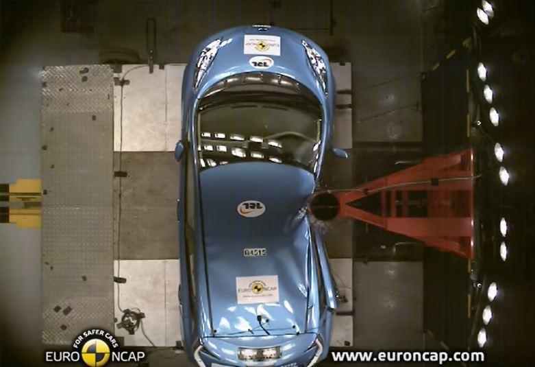 Euro NCAP 29km/h的圓柱側撞測試。 截自Euro NCAP影片