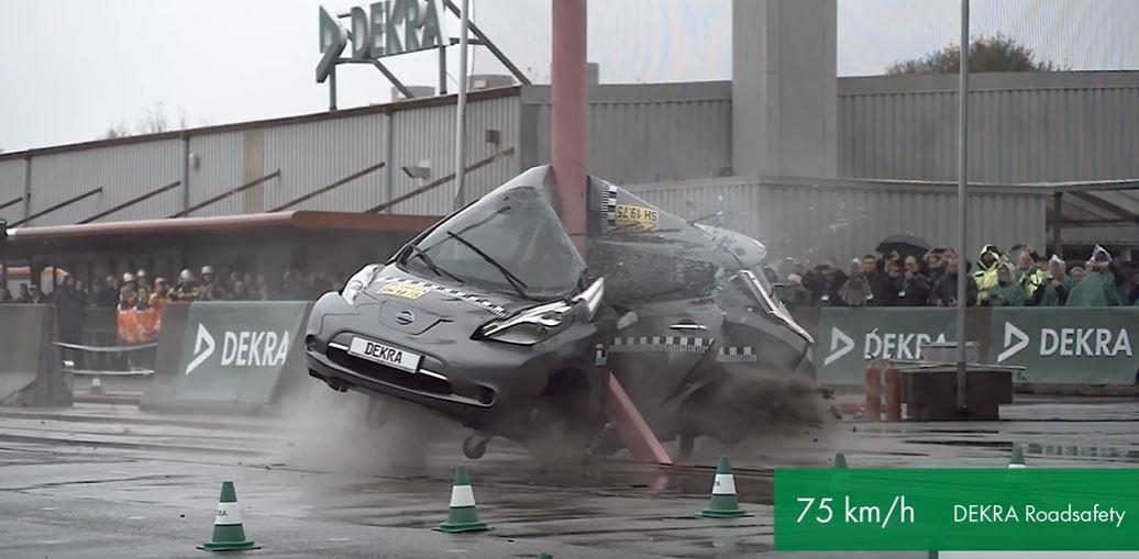 DEKRA 75km/h的高速圓柱側撞測試。 截自DEKRA影片