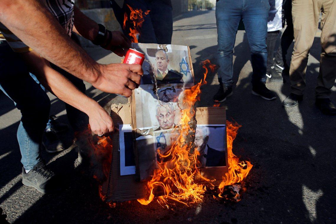 焚燒納坦雅胡照片的憤怒巴人。 圖/路透社