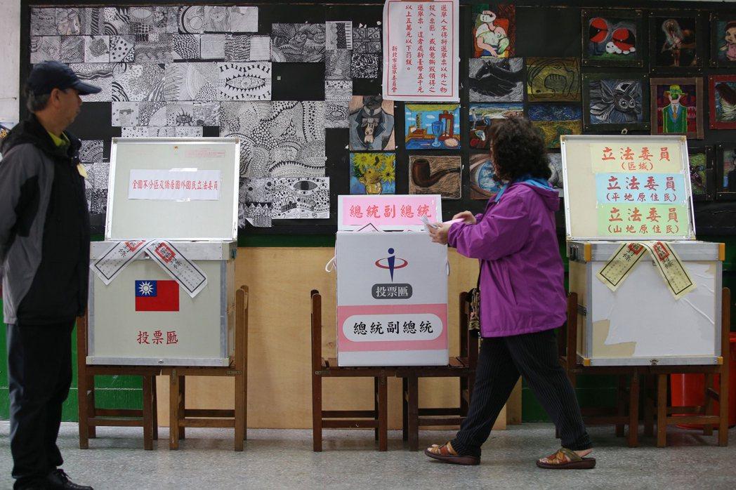 2020總統大選,藍綠兩大主要政黨提名的韓國瑜、蔡英文,都被傳統該陣營支持者認為...