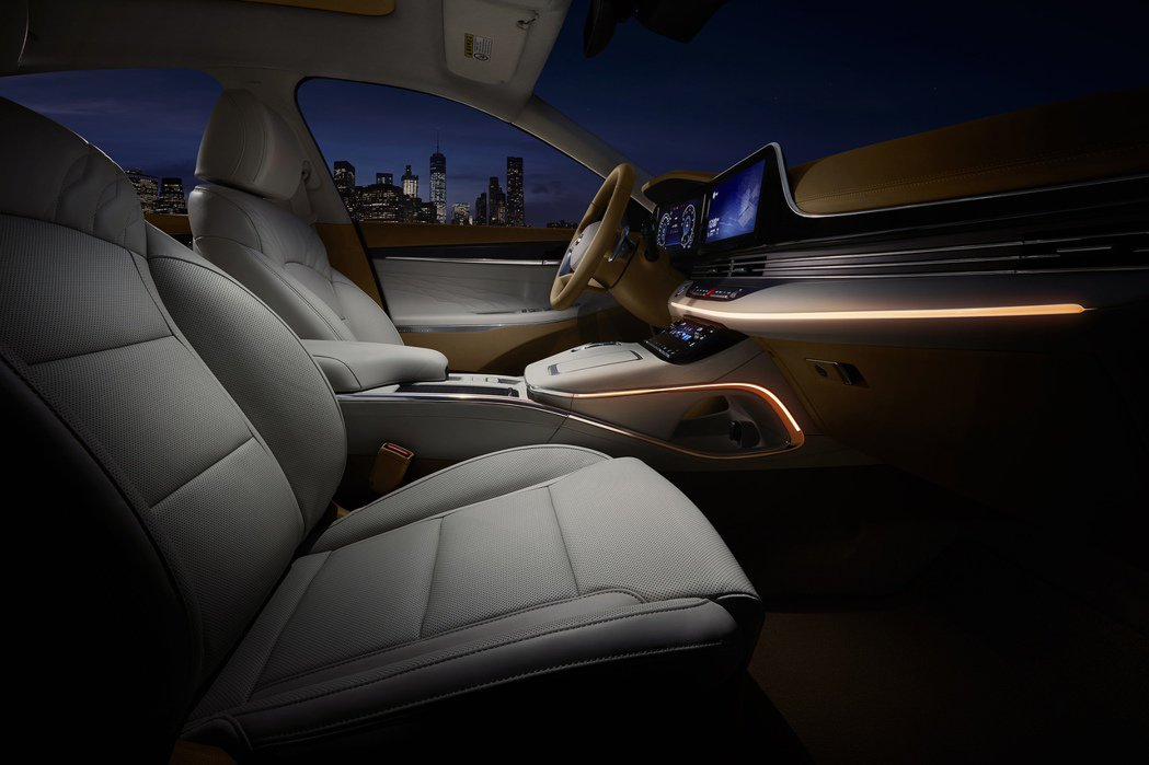 小改款Hyundai Grandeur擁有高達64種氣氛燈可選擇。 摘自Hyun...