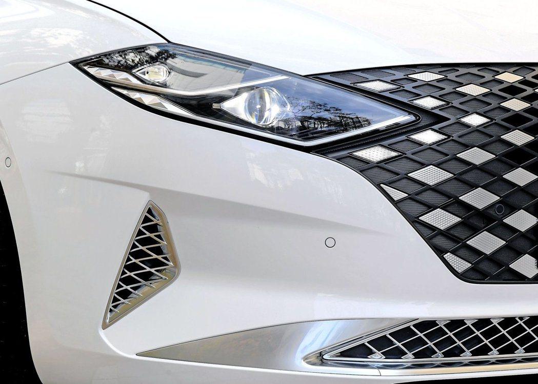 小改款Hyundai Grandeur換上辨識度極高的車頭造型。 摘自Hyund...
