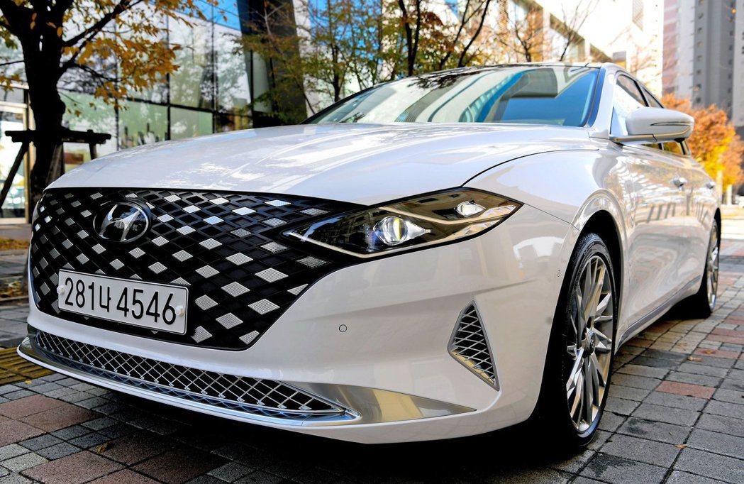 外觀越來越年輕的Hyundai Grandeur,也讓潛在消費者與實際購買車的年...