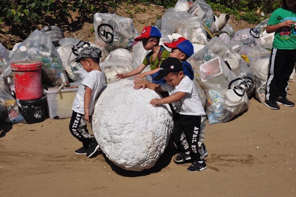 參與者的年齡小至3歲,也機會教育小孩共同約定培養減少使用一次性塑膠品的好習慣。