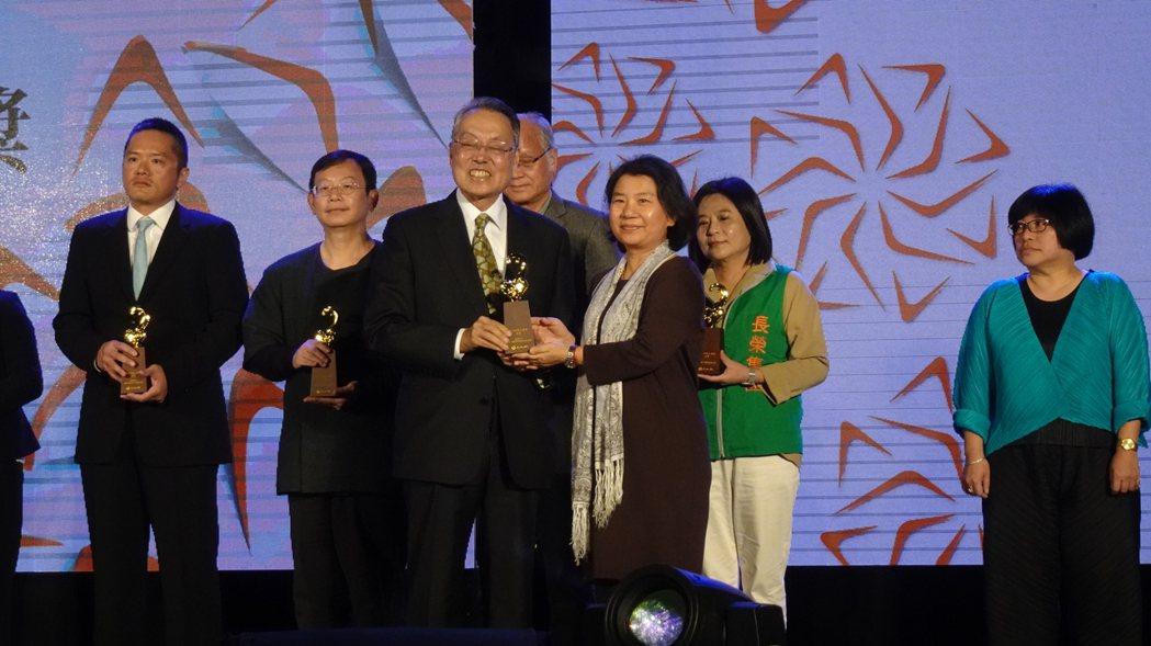 世界宗教博物館發展基金會獲頒第14屆「文馨獎」,由副執行長范敏真代表領獎,從頒獎...