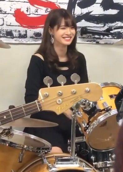 中川紅葉是來自盛產美女的青山學院大學,興趣及特長是打鼓、彈吉他、攝影。 圖擷自中...