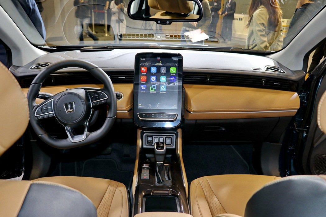 內裝相當簡潔俐落,以觸控螢幕取代實體按鍵。 記者陳威任/攝影