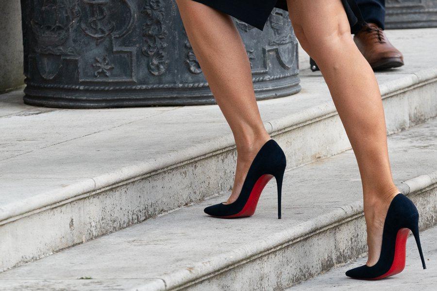根據調查,11.1%的日本企業對女性的高跟鞋高度有嚴格規定。日本職場上的兩性差別...