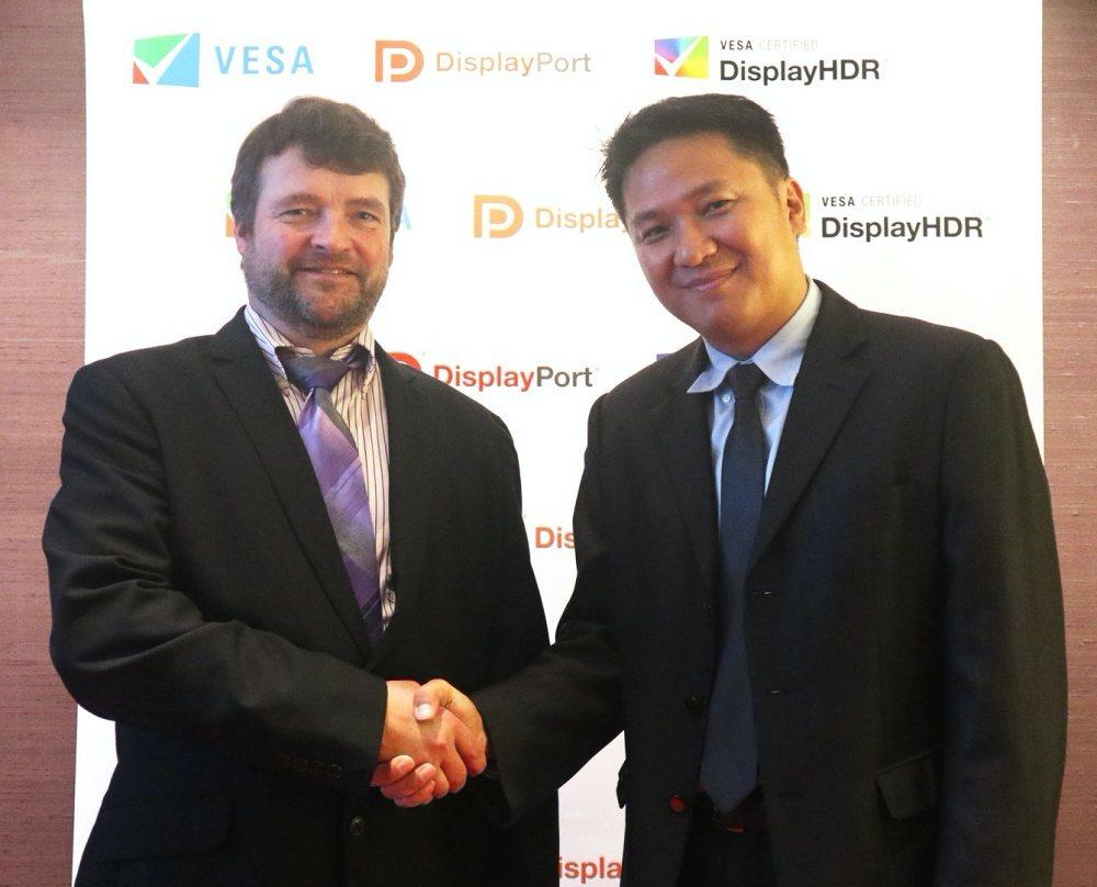 VESA合規計畫經理Jim Choate (左)與百佳泰技術管理部經理李長宗 (...