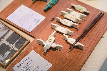 林杰妤及她的夥伴,將鐵花窗概念延伸在陶器、餐具、配件、文具等生活用品上,開創出獨...