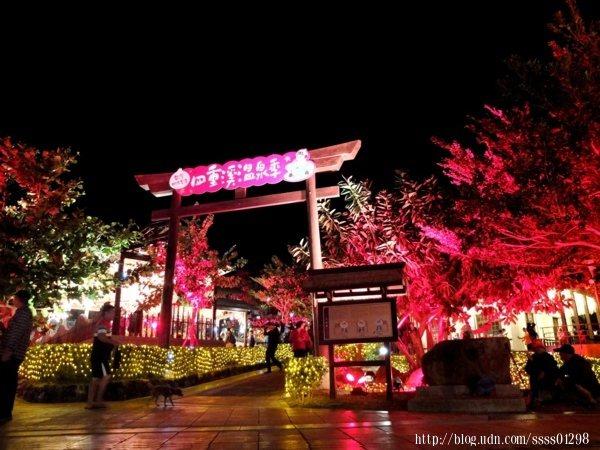 走過日式鳥居,與夢幻的楓紅燈海來場美妙邂逅吧!飽覽園內夜晚景致