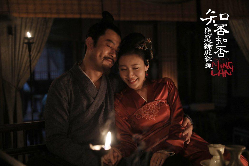 高露(右)飾演的林小娘,在劇中深得盛老爺喜愛。圖/緯來提供