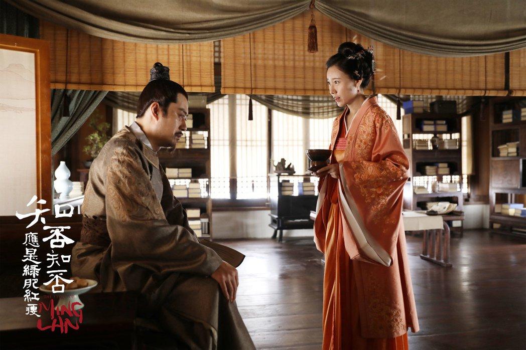 高露(右)飾演林小娘得保持S型站姿。圖/緯來提供