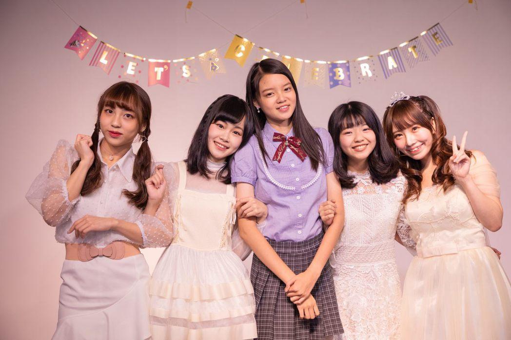 林易沄(左起)、周佳郁、鄭妤葳、王逸嘉、藤井麻由一同慶生。圖/好言娛樂提供