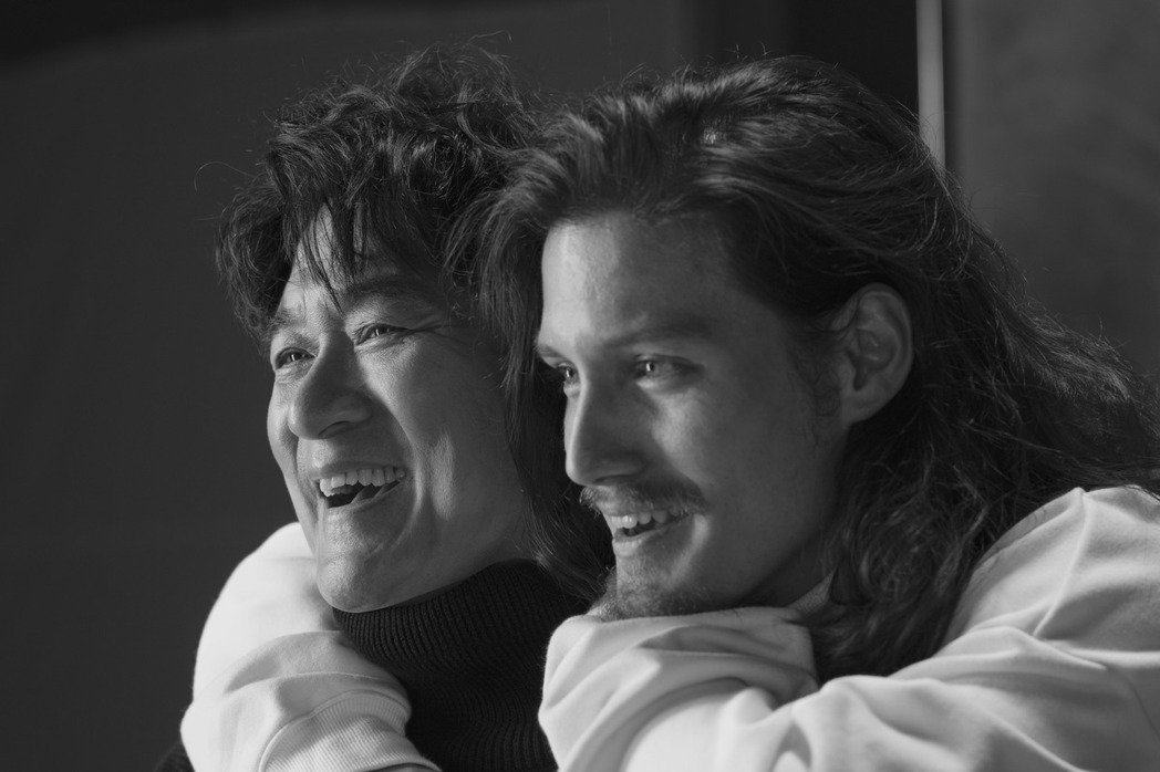 周華健(左)跟兒子周厚安的健談性格讓拍攝現場歡笑連連。圖/滾石提供