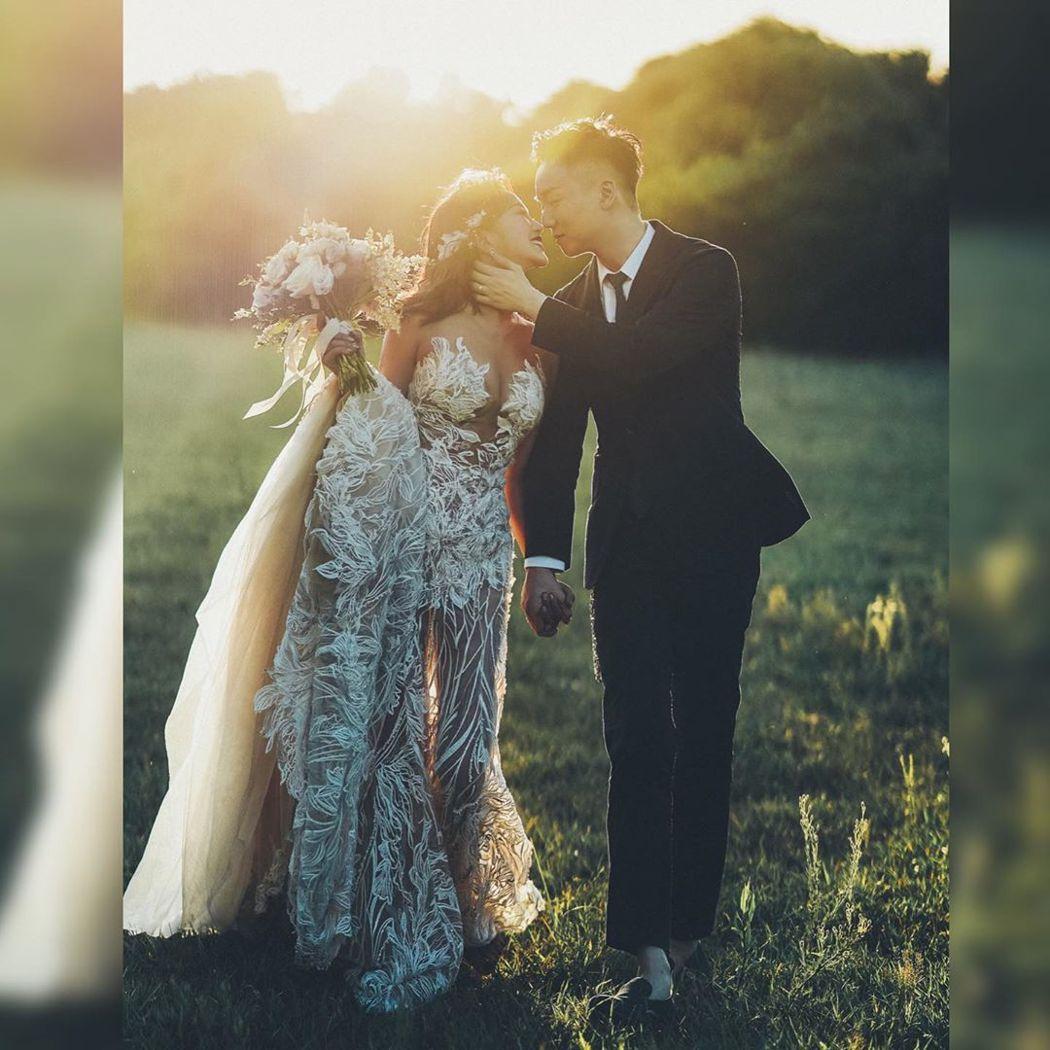 林佩瑤(左)分享與男友的婚紗照,碗粿奶呼之欲出。圖/摘自IG