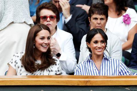 英國皇室兩大「嬌」點:劍橋公爵夫人凱特與薩塞克斯公爵夫人梅根,一舉一動都會引起討論熱潮,也都具有帶動時尚流行的能力,可是到底是已經當了好幾年皇室好媳婦的凱特較具網路影響力,還是嫁進來才一年多的梅根?...