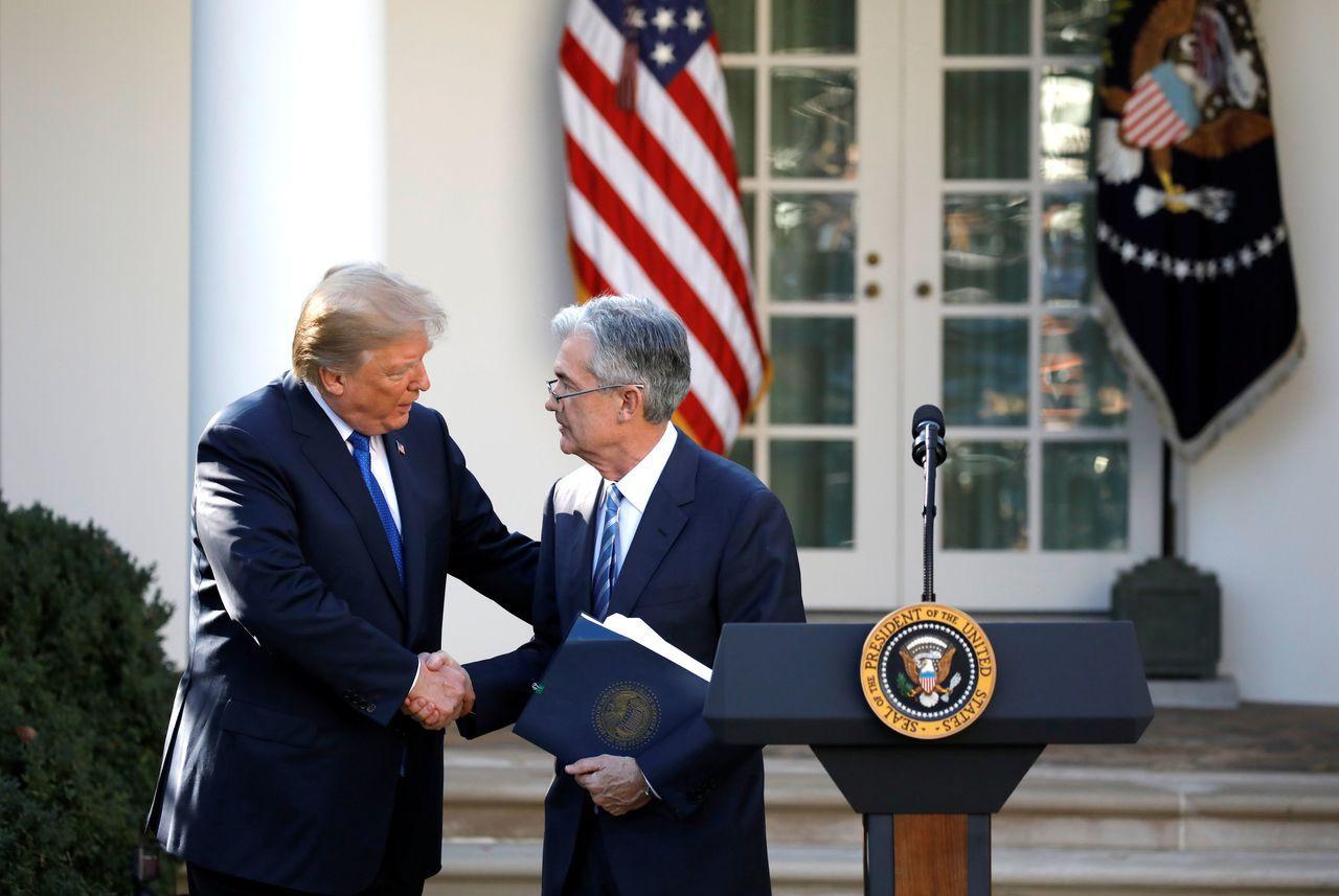 鮑爾2017年在白宮接受任命Fed主席致詞後和川普握手。路透