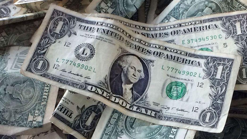 美元周一普遍走低。 (路透)