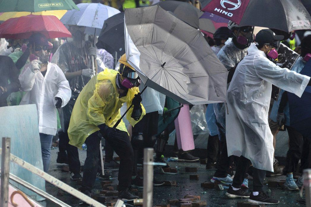 香港反送中示威者與警方激烈衝突。美聯社