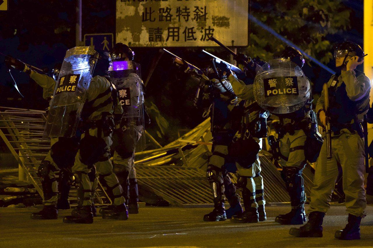 港警17日晚間在理工大學與示威者對峙。美聯社