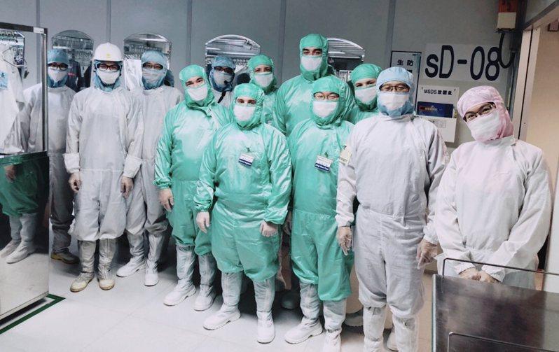 鴻海威州廠美籍幹部進無塵室實作。圖/鴻海提供