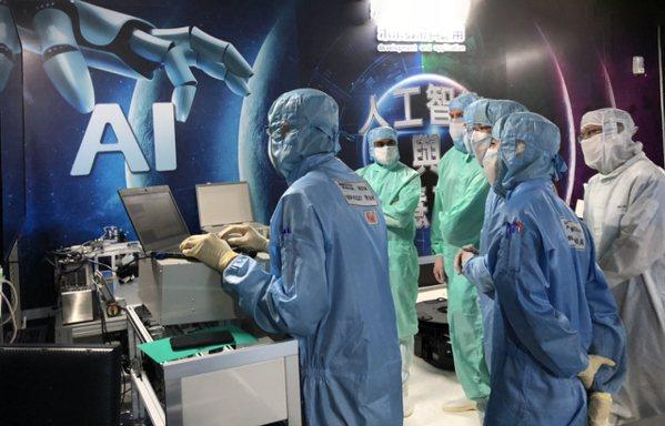 鴻海美籍幹部參加AI工廠管理訓練。圖/鴻海提供