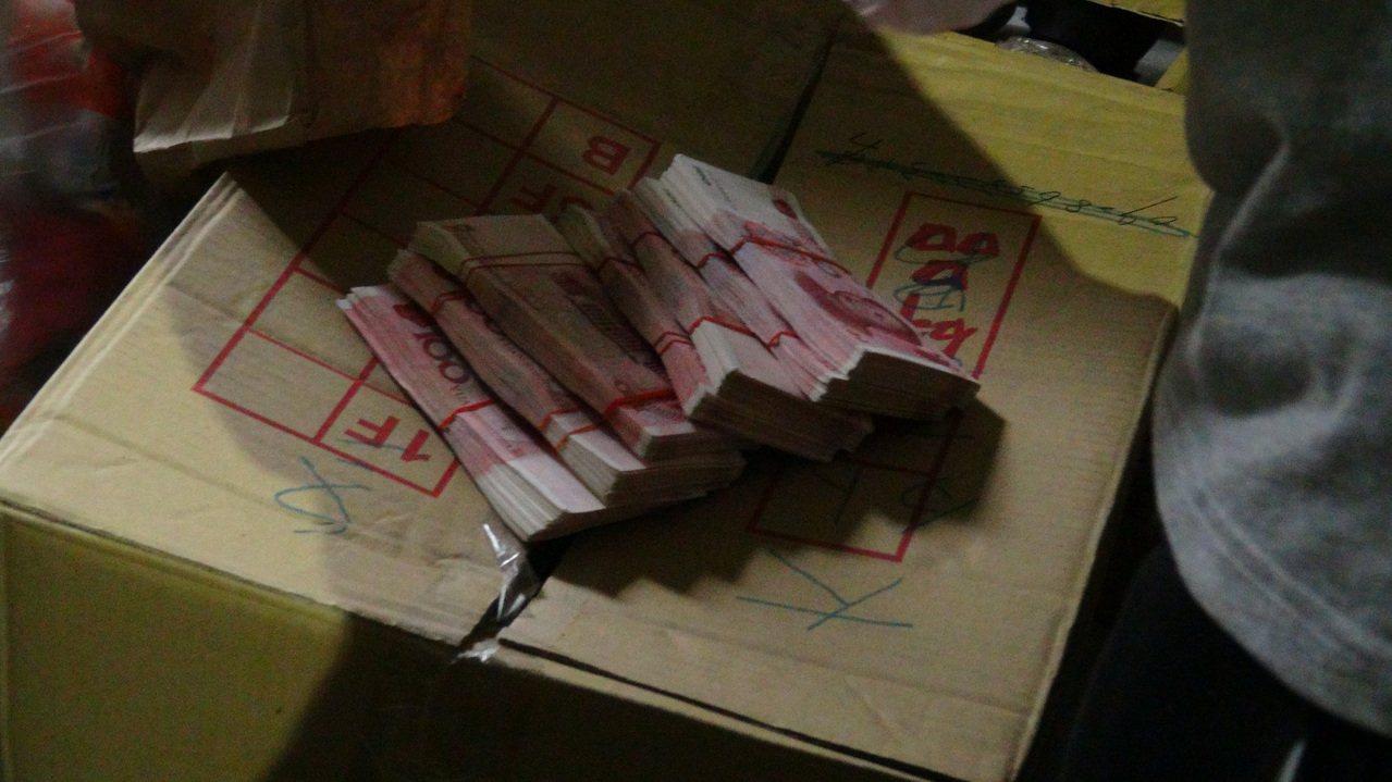 刑事局中打第六隊查獲王姓、何姓男子持有、販售偽造的百元人民幣619張,檢警分別在...