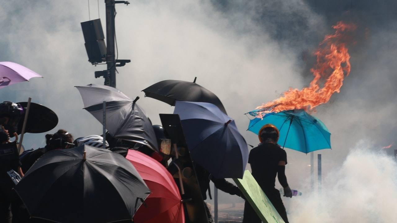 香港特首林鄭月娥今日出席行政會議前表示,有大學校園變成兵工廠,其中一間大學內發現...