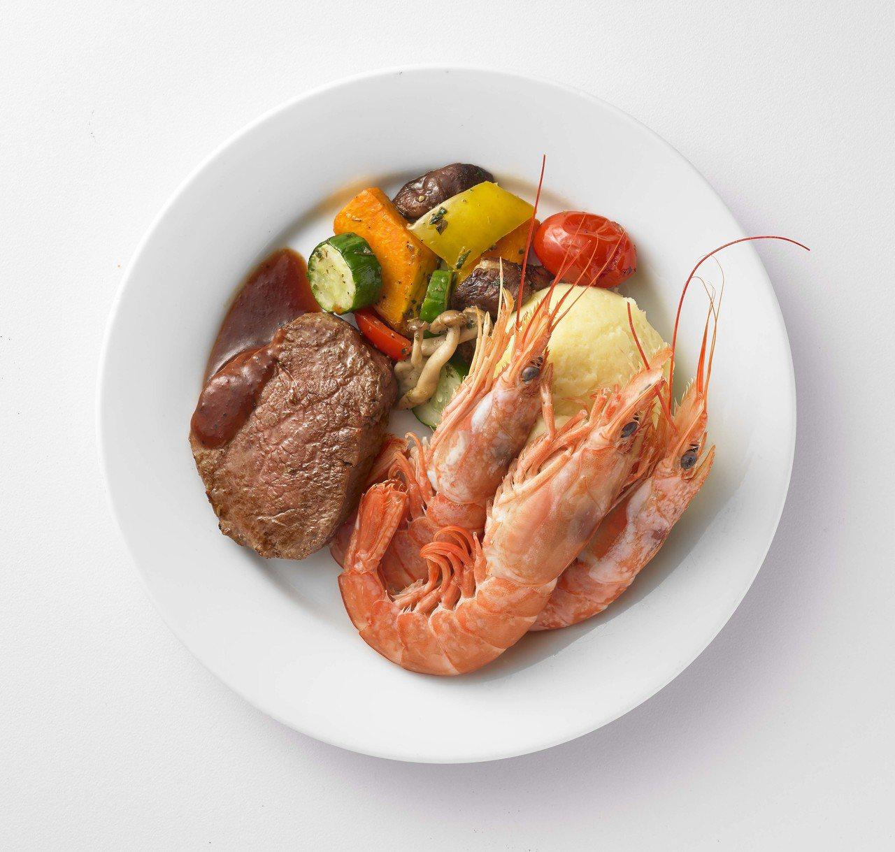 IKEA海陸大餐是菲力牛排與天使紅蝦的絕佳組合,搭配溫烤蔬菜、薯泥再淋上畫龍點睛...