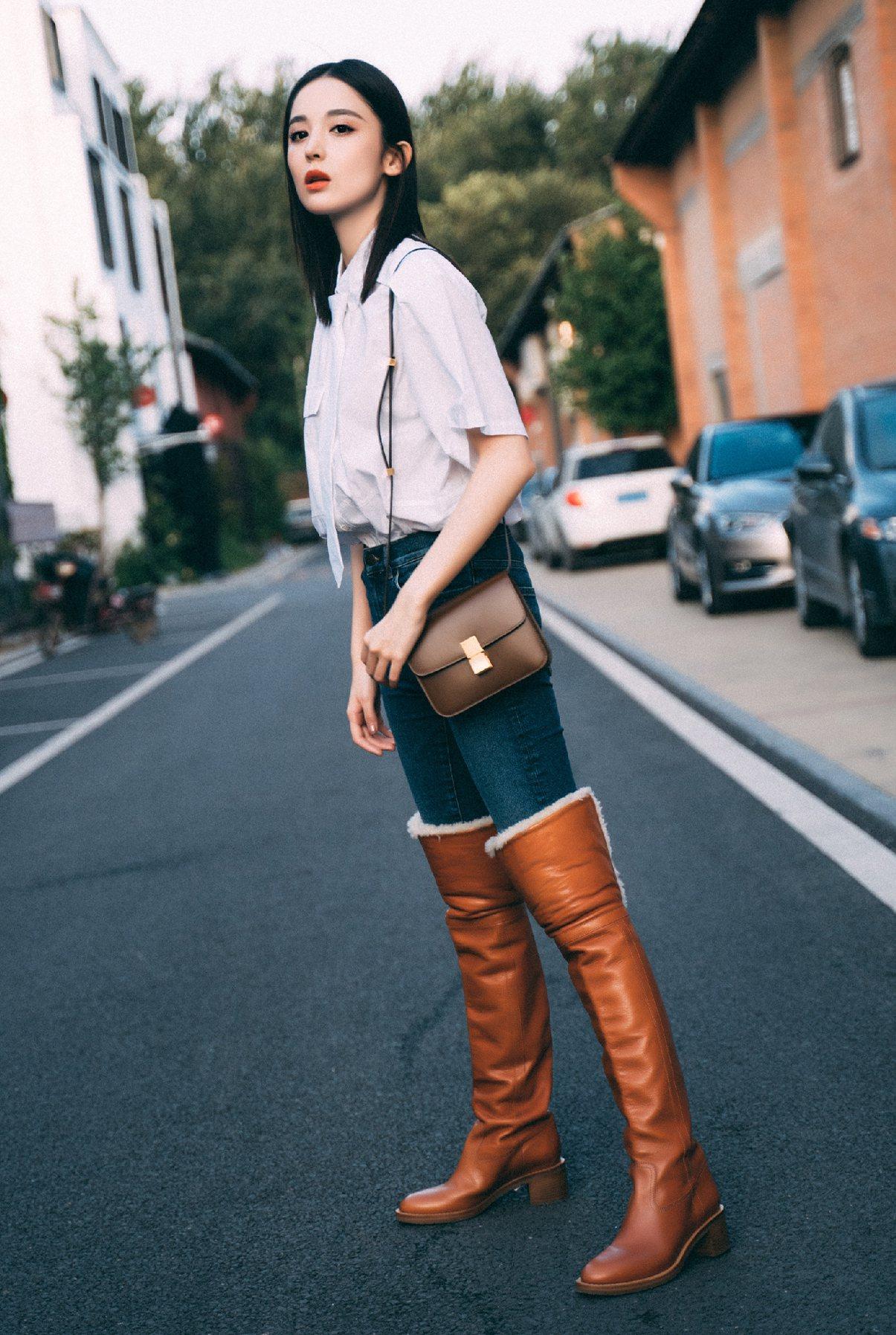 古力娜扎以Teen Classic包款與長靴搭出帥氣風采。圖/CELINE BY...