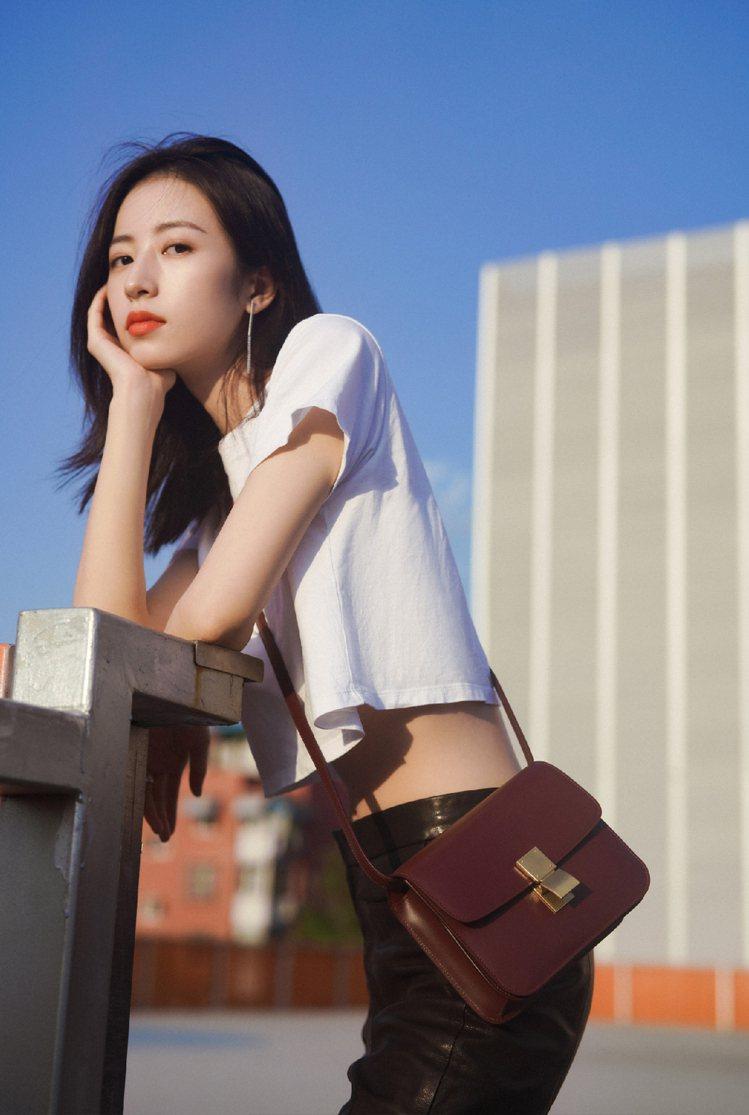 周雨彤展現Teen Classic包款簡單而經典的特質。圖/CELINE BY ...