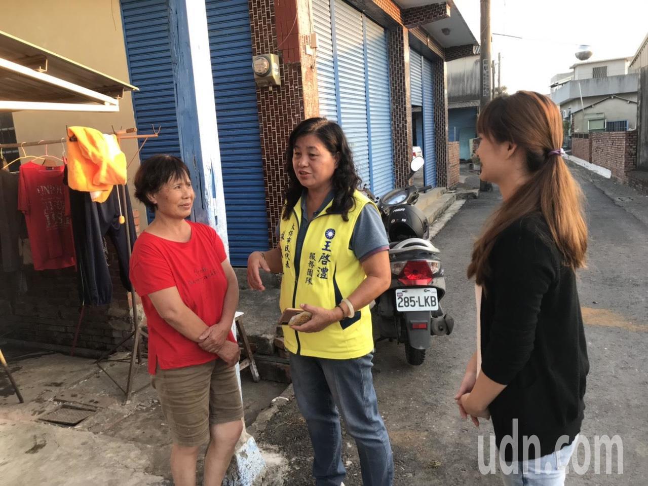 太保市民意代表林淑勉(中)、許文珠(左),都前來關心古厝翻修的狀況。記者黃晴雯/...