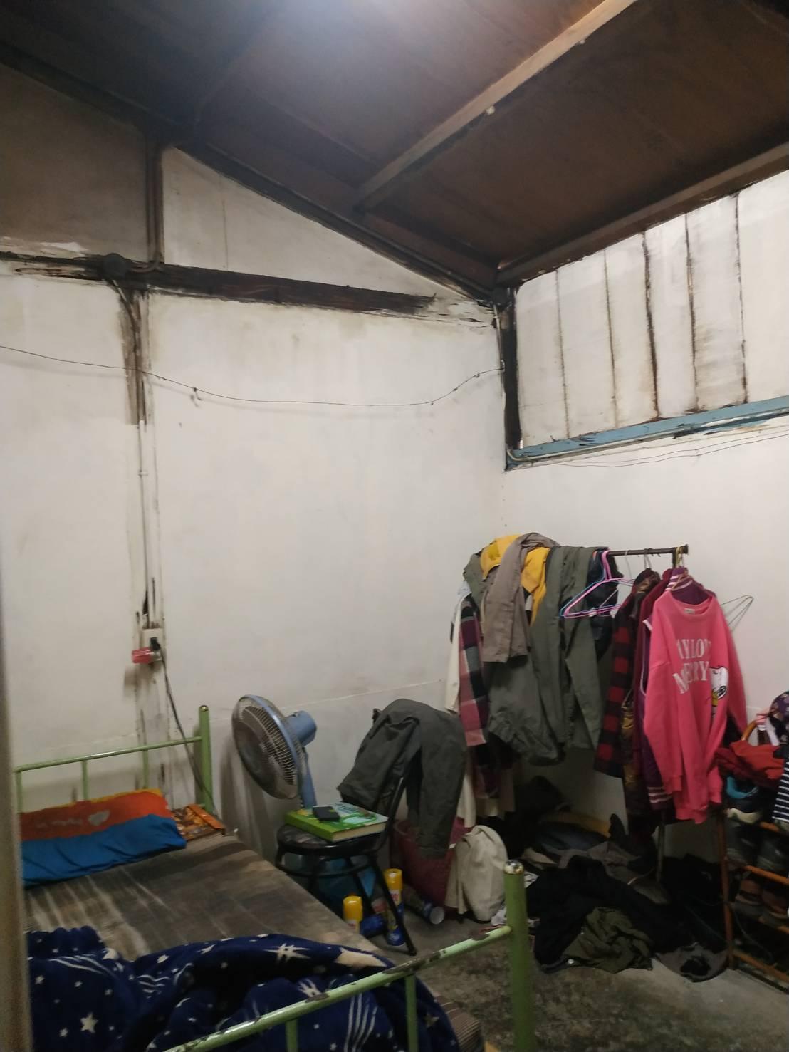 黃姓一家古厝翻修前,3姐弟的房間原來因屋頂漏水嚴重,床鋪都已發霉。圖/林淑勉提供