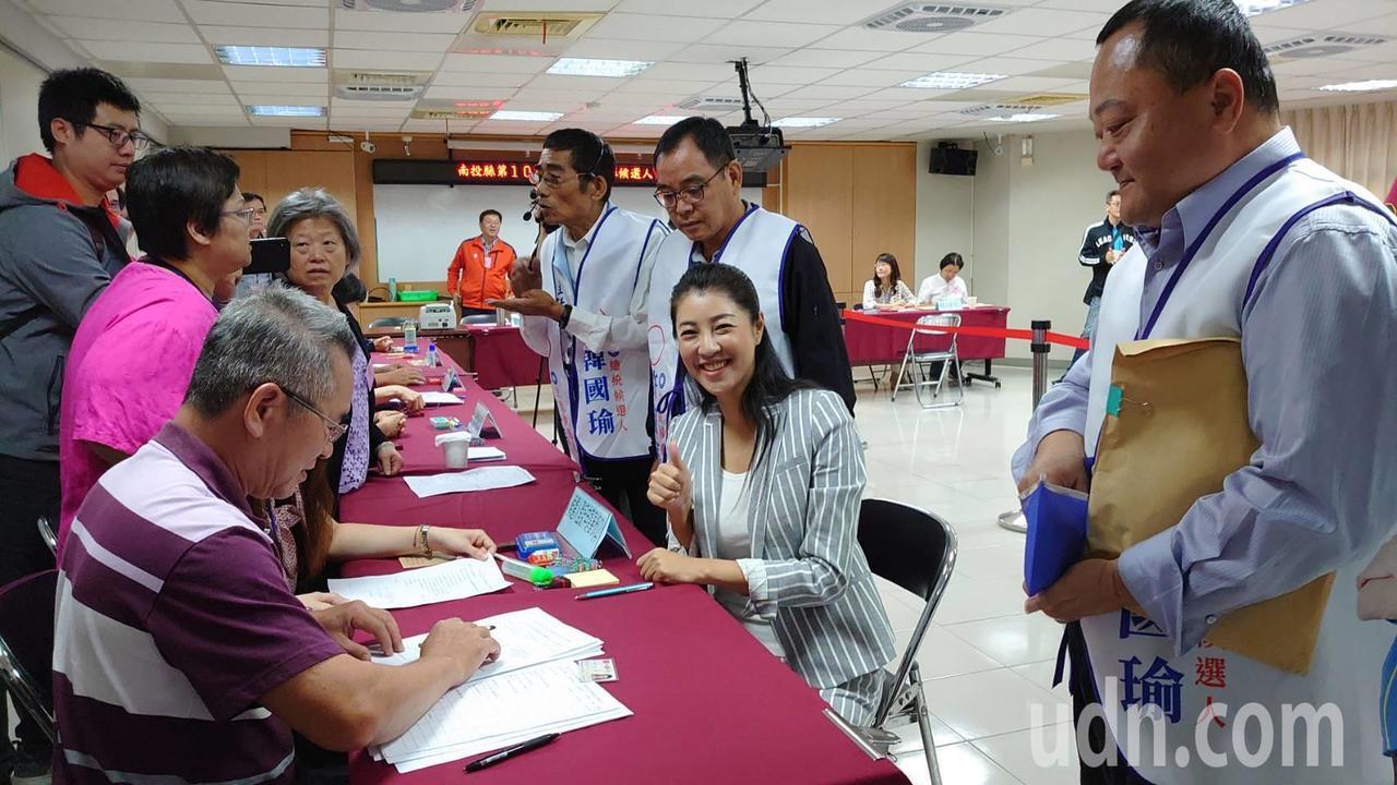 許淑華上午在登記立委參選時說,「我跟韓市長的好交情,是政黨政治的常態。」記者黑中...