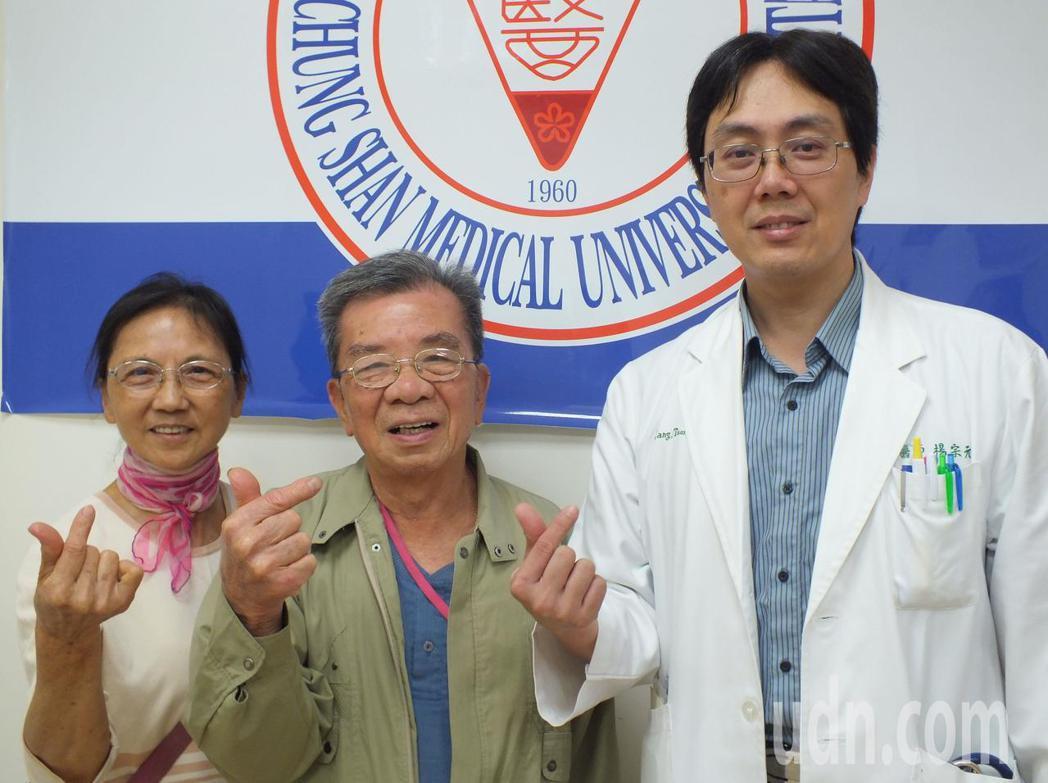82歲的范姓男子(中)今天在妻子(左)陪伴下,感謝醫師楊宗元(右)的救命之恩。記...