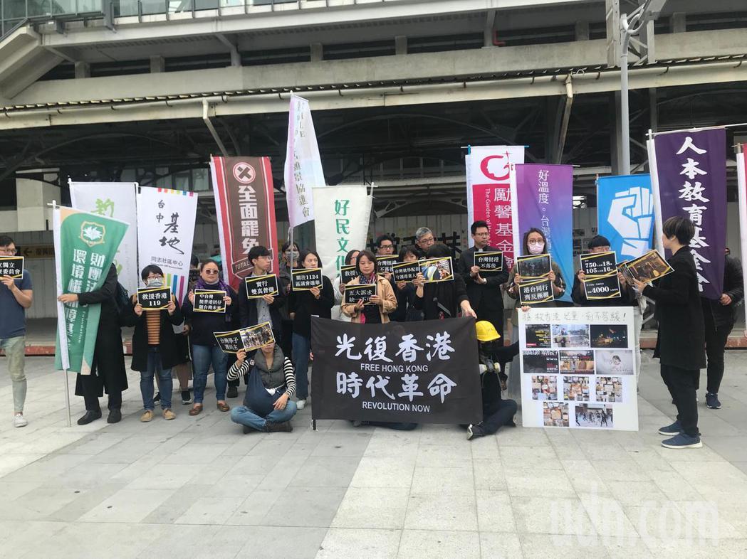 公民團體開記者會挺香港,呼籲政府開放大專以下學生來台讀書。記者洪敬浤/攝影