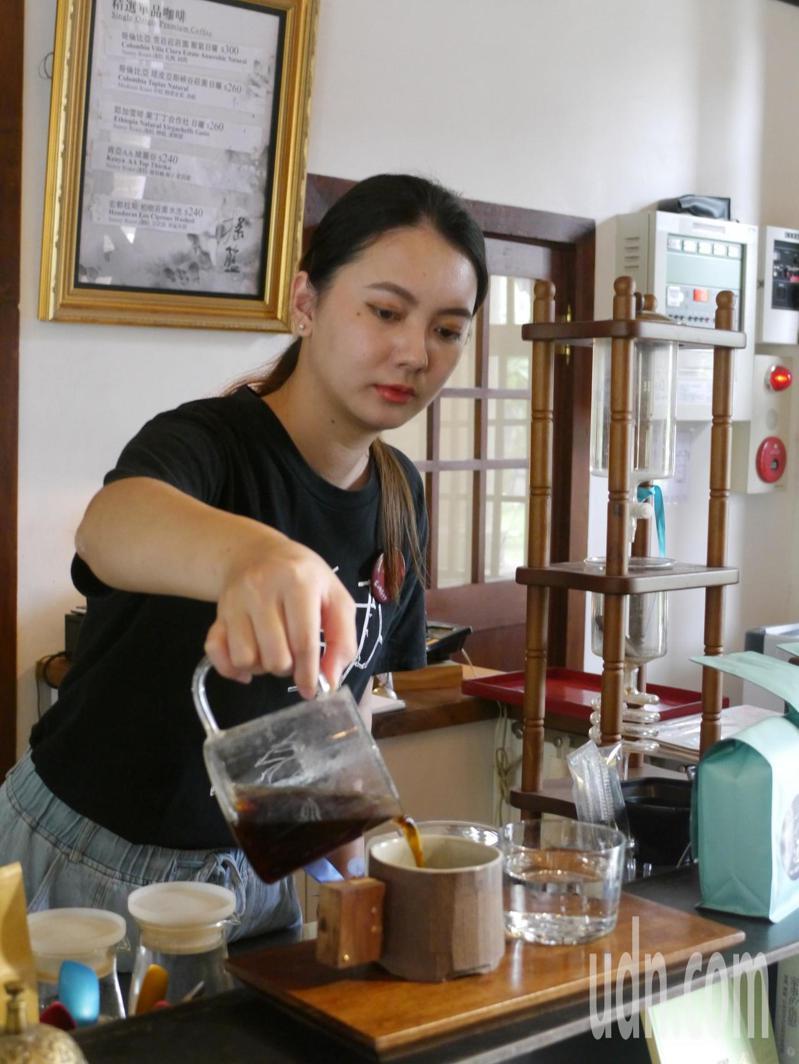 美濃搖籃咖啡販售手沖咖啡,長輩很少會進入咖啡店消費。記者徐白櫻/攝影