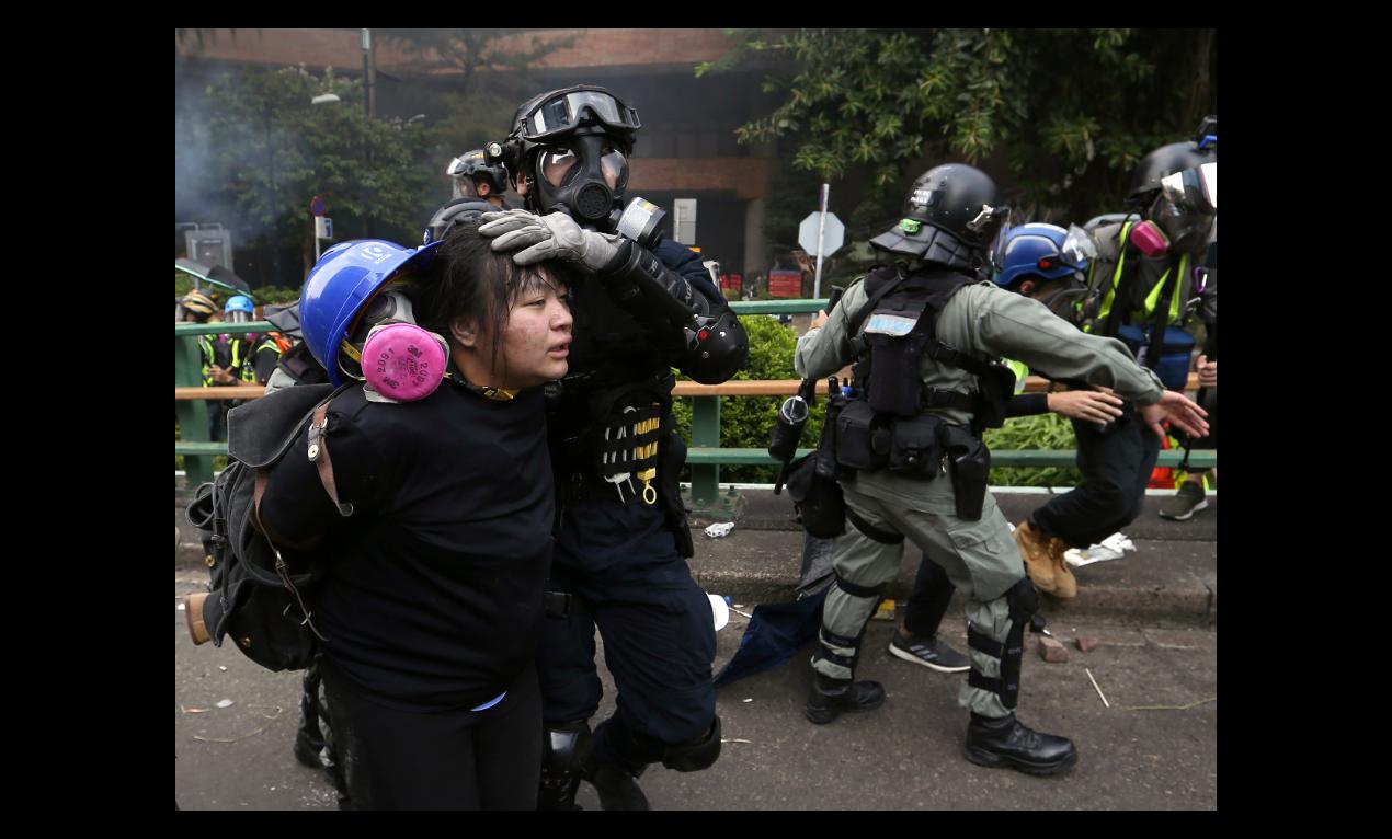 圖為香港警方18日在理工大學周遭大舉抓補抗爭者,非被捕的日本學生。(美聯社)